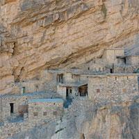 Khám phá ngôi làng 500 tuổi cheo leo vách núi