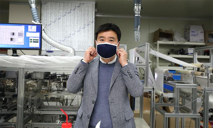 Giáo sư Kim Il-doo đeo khẩu trang vải có bộ lọc bằng sợi nano.