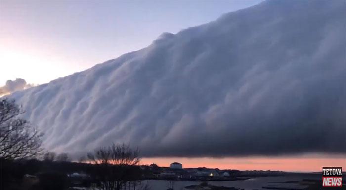 Đám mây trong hình trông giống mây cung, gồm hai loại là mây thềm và mây cuộn.