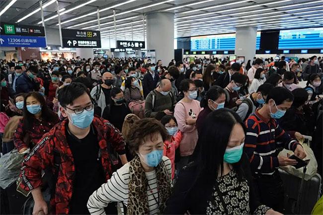 Người dân đeo khẩu trang ở sân bay.