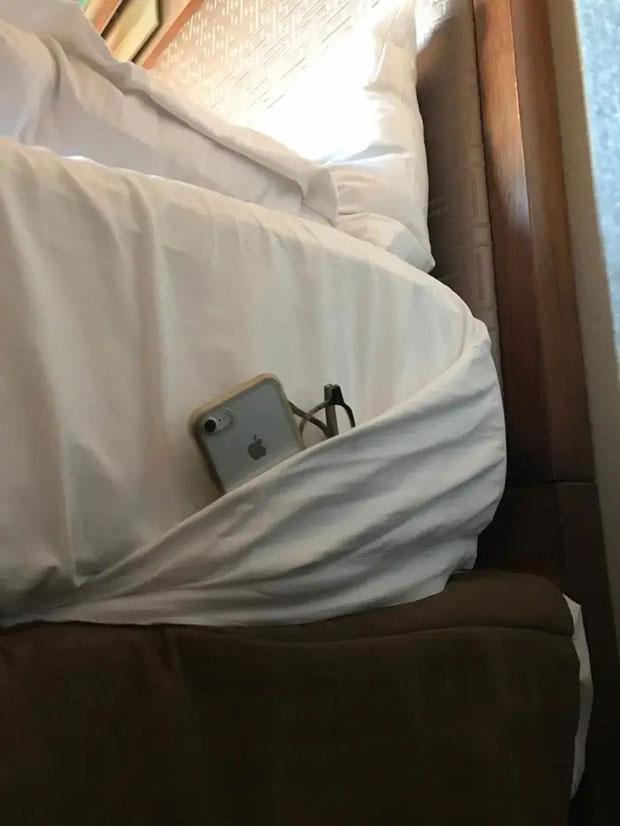 Bạn có thể tận dụng ga giường làm nơi giữ đồ như này