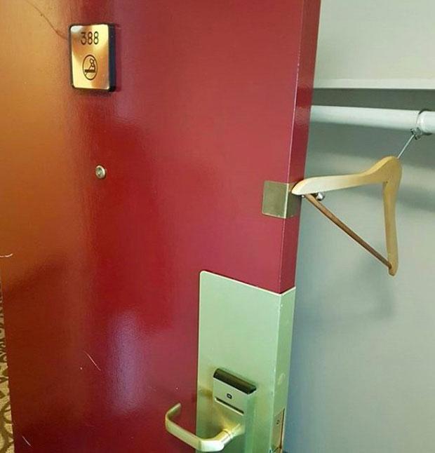"""Chiếc móc áo """"thần thánh"""" còn có thể giúp bạn giữ cửa phòng luôn mở trong trường hợp cần thiết."""