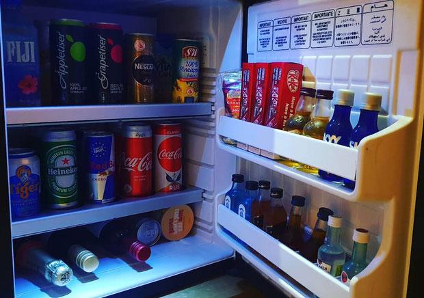 Nếu lo sợ tốn kém, bạn có thể tự mua thêm nước uống bên ngoài và bỏ vào tủ lạnh
