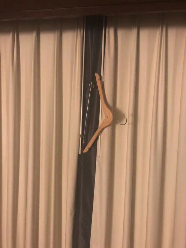 Khe hở giữa hai tấm màn trong phòng khách sạn luôn là điều khiến nhiều du khách khó chịu nhất.