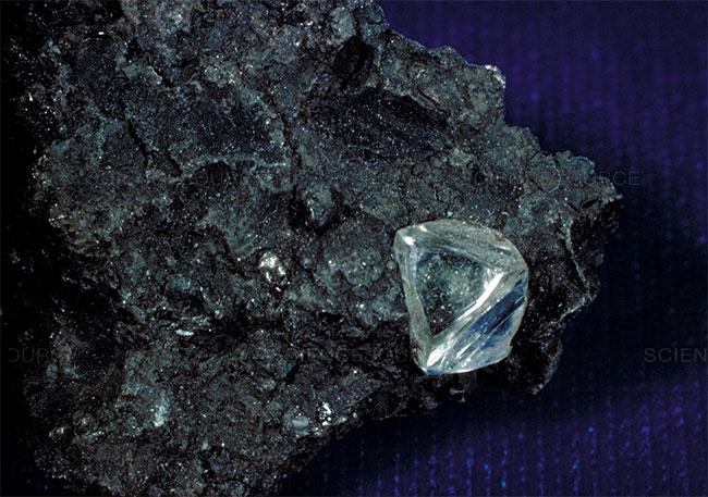 Một ví dụ về kimberlite (ảnh), một loại đá núi lửa có chứa kim cương.