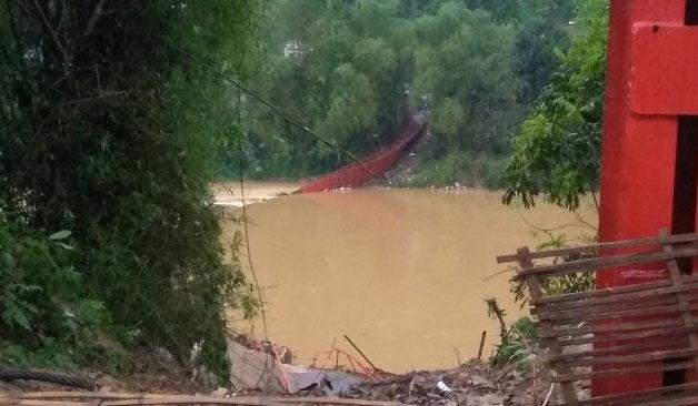 Một cây cầu bị gãy do mưa đá