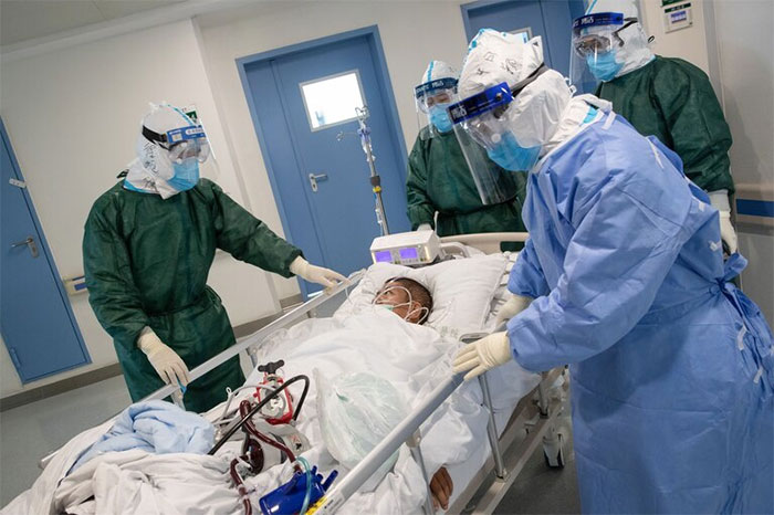 Các y bác sĩ chăm sóc cho một bệnh nhân Covid-19 ở Vũ Hán.