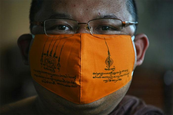 Khẩu trang từ nhựa tái chế do các sư thầy ở chùa Chak Daeng sản xuất.
