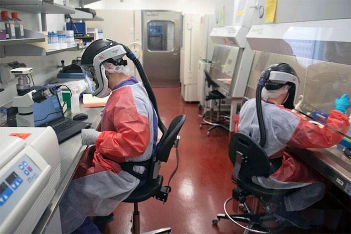 Các nhà nghiên cứu đang làm việc với các mẫu virus corona tại trung tâm nghiên cứu vắc xin