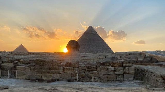 Mặt trời lặn trên vai tượng Nhân sư vào thời điểm xuân phân năm nay.