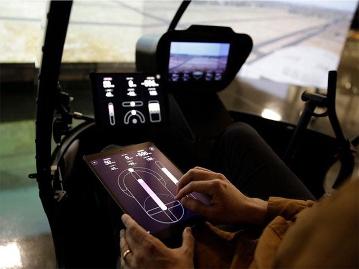 Hệ thống này có thể điều khiển máy bay bằng tablet cảm ứng hoặc cần điều khiển (joystick).