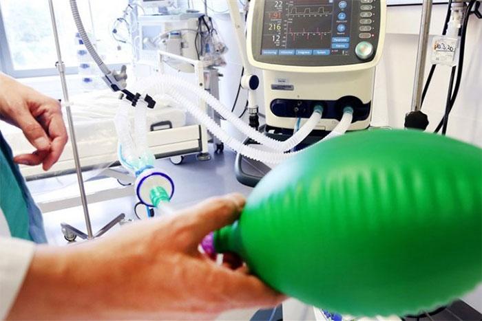Chúng ta đang có nguy cơ cạn kiệt máy thở vì số người nhiễm Covid-19 ngày càng tăng.