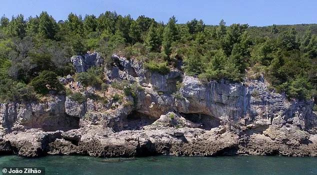 Hang động bí ẩn nơi phát hiện ra các di chỉ loài người tuyệt chủng