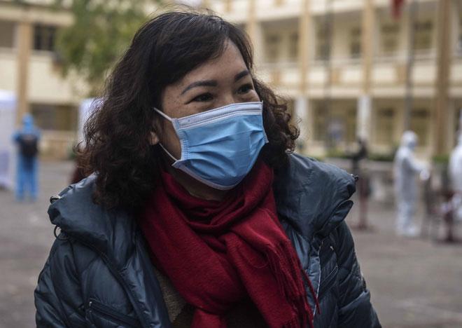 Bà Bùi Thị Nhung (trú tại Đống Đa, Hà Nội) tỏ ra vui mừng khi nhận được kết quả xét nghiệm âm tính với Covid-19
