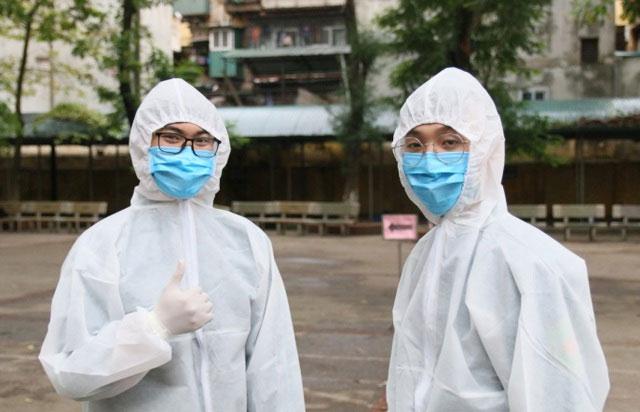 Hàng chục nhân viên y tế, kỹ thuật viên lấy máu và xét nghiệm nhanh cho người đến khám đều được trang bị đồ bảo hộ
