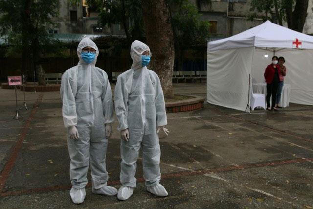 Ngay từ sáng sớm, các nhân viên y tế đã có mặt để chuẩn bị dụng cụ, các bộ test nhanh covid-19