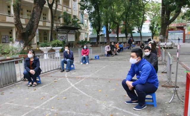 Người dân đến khám được yêu cầu đeo khẩu khang, vị trí ngồi cách nhau tối thiểu 2m