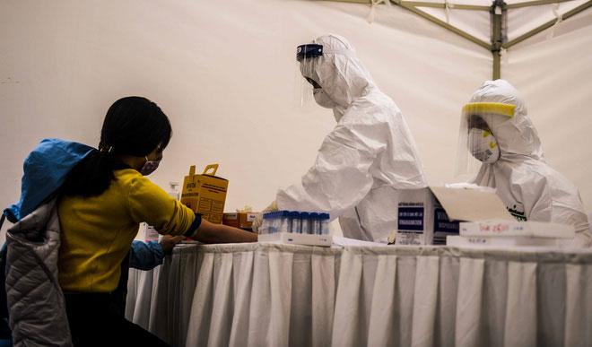 Sau khi khai báo y tế, người dân sẽ được lấy máu để xét nghiệm Covid-19
