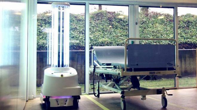 Robot diệt khuẩn, khử trùng bệnh viện.