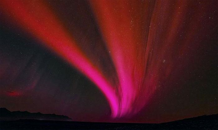 Minh họa vệt sáng kỳ lạ xuất hiện trên bầu trời Nhật Bản.