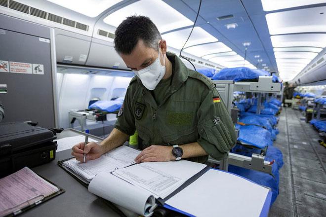 Bác sĩ làm việc trên máy bay