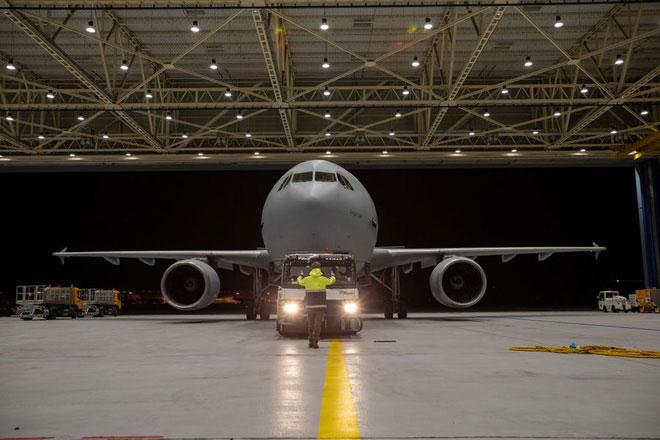 Phi cơ hỗ trợ cho Medevac có thể kiêm vai trò vận chuyển hành khách hoặc binh lính với số lượng tối đa 214 người,
