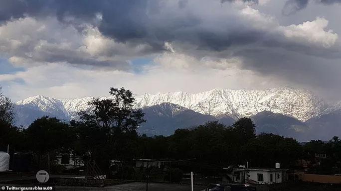 Dãy Himalaya nhìn từ sân thượng nhà dân