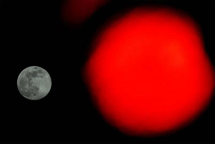 So với trăng tròn bình thường, siêu trăng có kích thước lớn hơn từ 7 đến 14% và sáng hơn 30%.