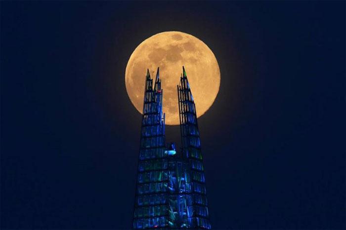 Siêu trăng hồng mọc lên phía sau một tòa tháp ở London.