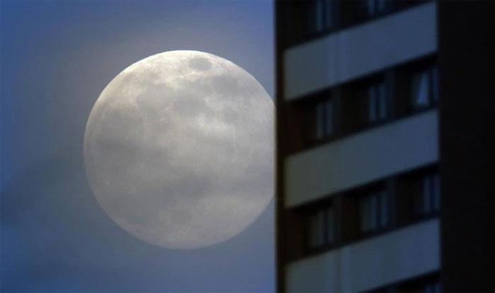 """Siêu trăng """"núp"""" phía sau một tòa chung cư ở Gateshead, Anh."""