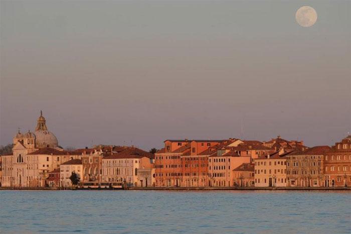 Siêu trăng quan sát từ thành phố Venice, Italy.
