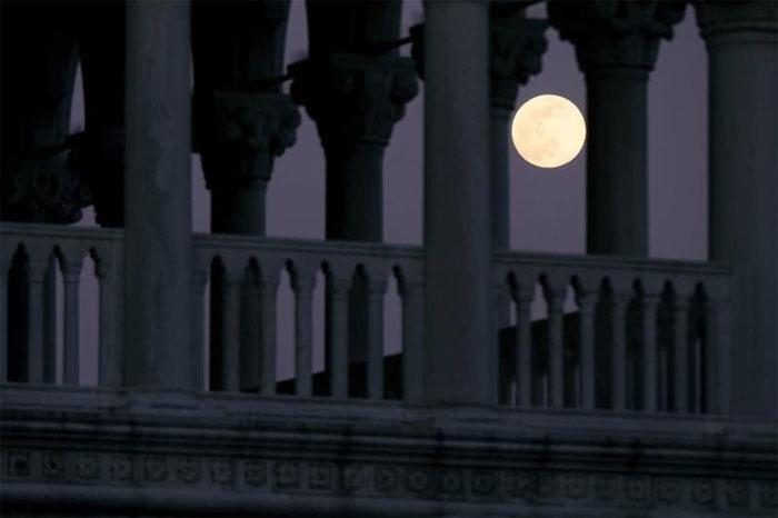 Siêu trăng hồng được chụp lại từ một địa điểm khác ở Venice, Italy.