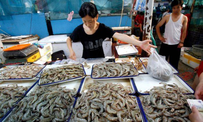 Một quầy bán tôm trong chợ địa phương tại Bắc Kinh. (Ảnh minh họa: Getty Images).