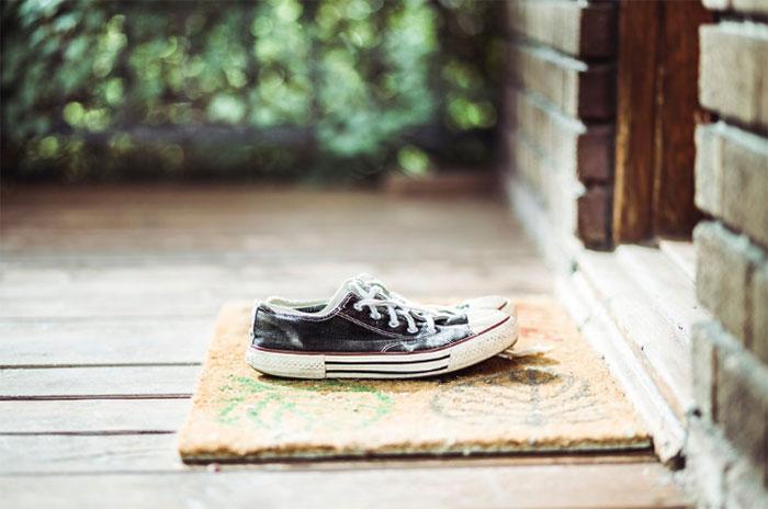 Các chuyên gia khuyên bạn không nên lau chùi đế giày.
