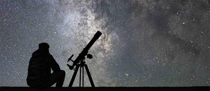 Một nhà sản xuất mắt kính Hà Lan đã đăng ký bằng sáng chế kính thiên văn đầu tiên vào năm 1608.