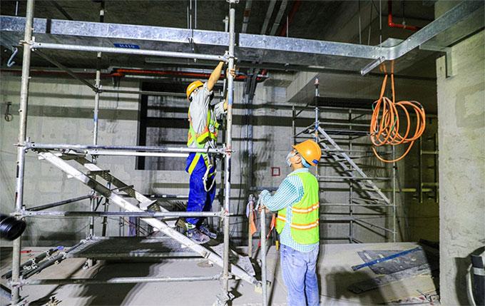 Thi công, lắp đặt hệ thống cơ điện tại tầng B2.