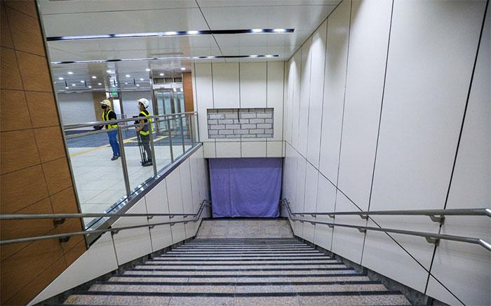 Lối thang bộ dẫn xuống tầng B2 để đến nơi tàu dừng, đỗ và đón trả hành khách.