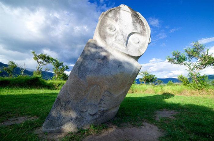 Hình ảnh một khối cự thạch to lớn ở Indonesia.