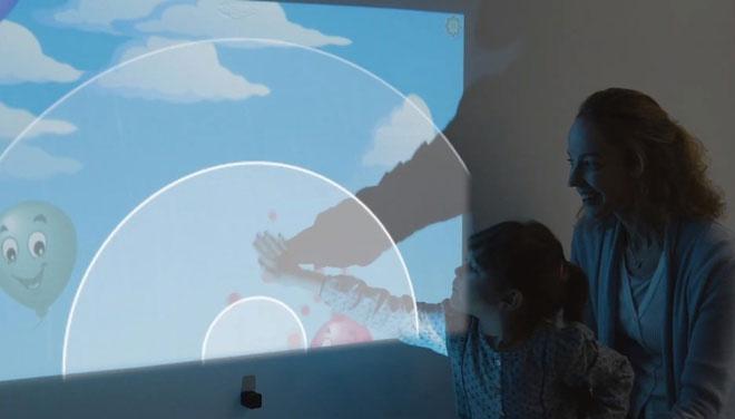 Glamos biến máy chiếu thành một màn hình tương tác cảm ứng.
