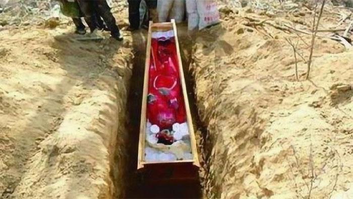 Tn nương 5 tuổi được chôn cùng người chết.