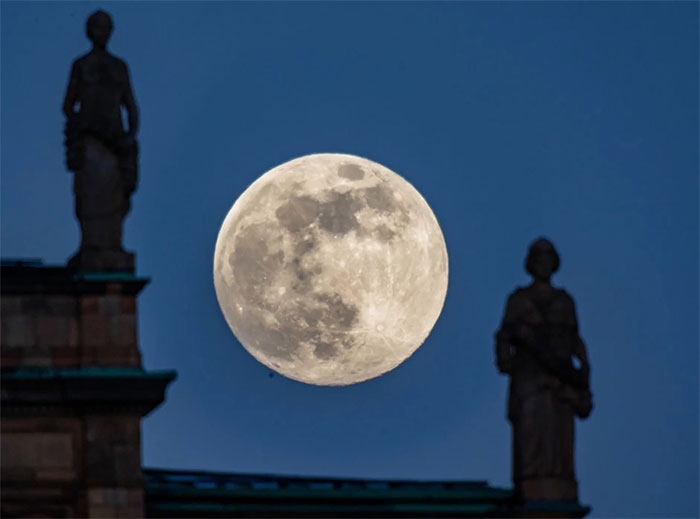 """Trăng Hoa """"lọt giữa"""" hai bức tượng tại nghị viện Bavaria ở thành phố Munich, Đức"""