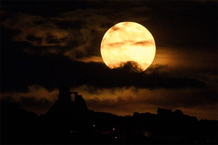 Mặt Trăng rực sáng phía trên lâu đài Mow Cop ở hạt Cheshire, miền trung nước Anh.