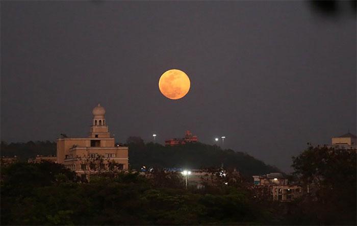Trăng Hoa thắp sáng bầu trời Navi Mumbai ở bang Maharashtra, Ấn Độ