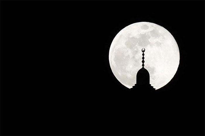 Tháp nhà thờ Hồi giáo ở Amman, Jordan nằm chính giữa siêu trăng