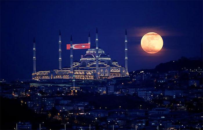 Siêu trăng cuối cùng của năm 2020 rực sáng phía trên Nhà thờ Hồi giáo Camlica ở Istanbul, Thổ Nhĩ Kỳ.