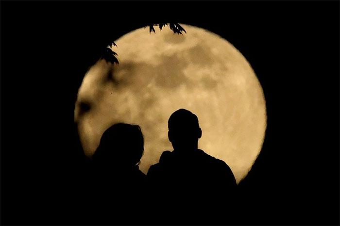 Một cặp đôi cùng nhau ngắm siêu trăng tháng 5 tại thành phố Kansas, Mỹ.