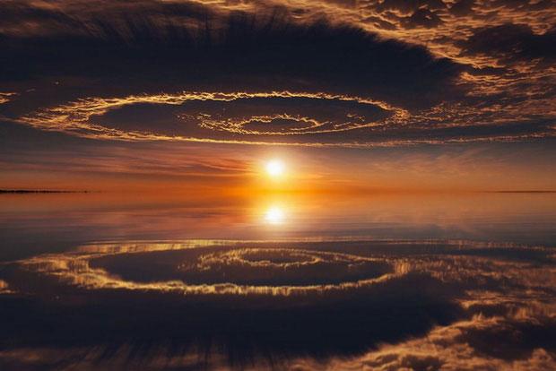 Hình ảnh phản chiếu của bầu trời trên mặt nước trông như thể một thế giới khác.