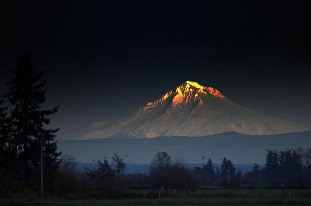 Ngọn núi lửa vô cùng tỏa sáng.