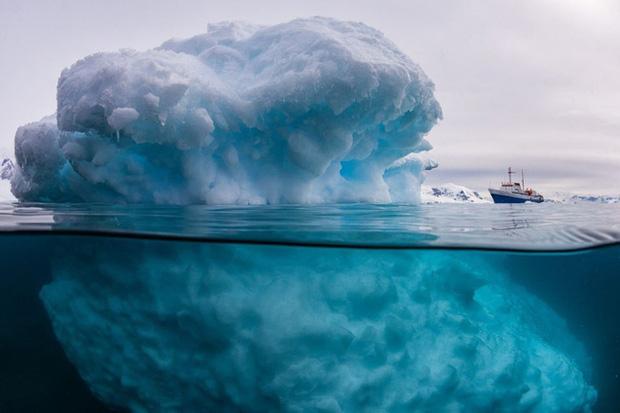 Chẳng có gì là giả ở đây cả, đây chính là tảng băng mà chiếc thuyền kia đang đi ngang qua.