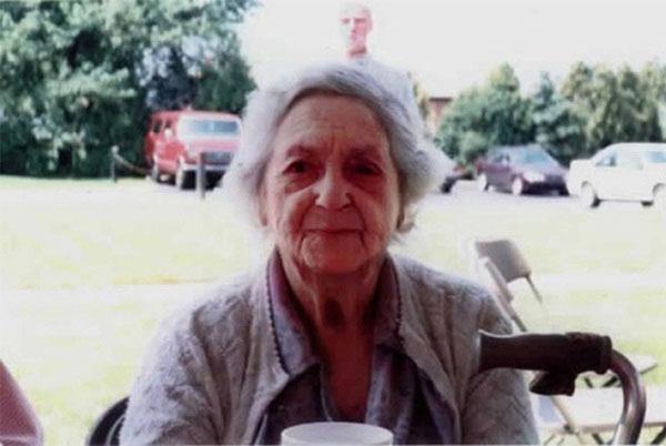 Denise Russell đã chụp ảnh cho bà nhưng trong ảnh còn có bóng hình của ông cô, người đã qua đời vào năm 1987.